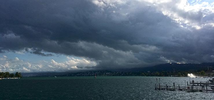 düsterer Himmel über dem Zürichsee