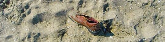 Schuh braun im Sand
