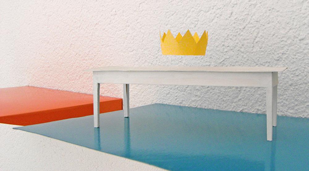 rotgold weisser Tisch mit schwebender Krone